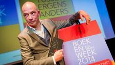 Tommy Wieringa met zijn Boekenweekgeschenk