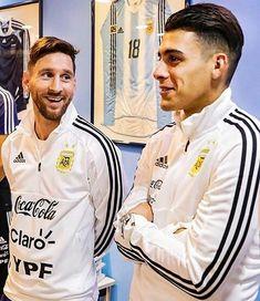 Les dejo esta foto que es una joya   -  Ojala el jueves jueguen juntos desde el primer minuto de juego. - Foto @fede.mellado  - - #LionelMessi #LeoMessi #LaBomboneraGoPro #CristianPavon #KichanPavon #Argentina #VamosArgentina #Rusia2018 #WorldCup #LaBomboneraGPenRusia #Russia2018 #Moscow #BocaJuniors #Messi #Maradona #SomosArgentina Neymar, Messi Y Ronaldinho, Argentina Football Team, Messi Argentina, Lionel Messi, Ronaldo, Russia 2018, Uefa Champions, Soccer Stars