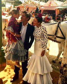 Recogidos flamenca para Pelo Corto en Almodovar del Rio Outfits For Spain, Flamenco Costume, Spanish Dress, Ankara Styles, African Dress, Dress Patterns, African Fashion, Fashion Dresses, Dress Up