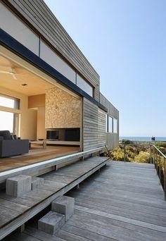 modernes Haus aus Holz mit Steinwand und Schiebetür
