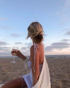 Beach Aesthetic, Summer Aesthetic, Flower Aesthetic, Summer Pictures, Beach Pictures, Summer Poses, Foto Casual, Beach Poses, Insta Photo Ideas