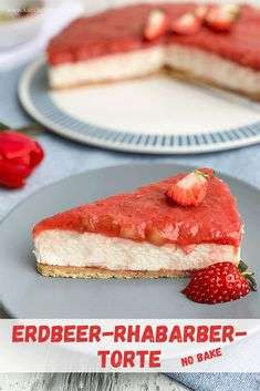 Mit dieser Erdbeer-Rhabarber-Torte (no bake) zaubert ihr euch den Frühling auf den Kuchenteller. Fruchtig, cremig und extrem lecker! #erdbeertorte #rhabarbertorte #erdbeerrhabarbertorte #nobake #rezept #kühlschranktorte #ohnebacken