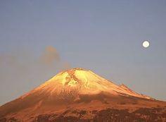 Volcán Popocatépetl con exhalación y la luna de fondo 12/04/17