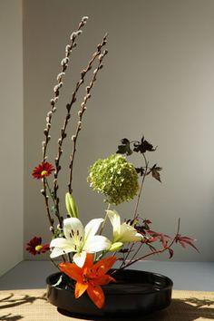 Você gosta de decorar sua casa com arranjos florais? Então, conheça a arte japonesa Ikebana, você vai se encantar.