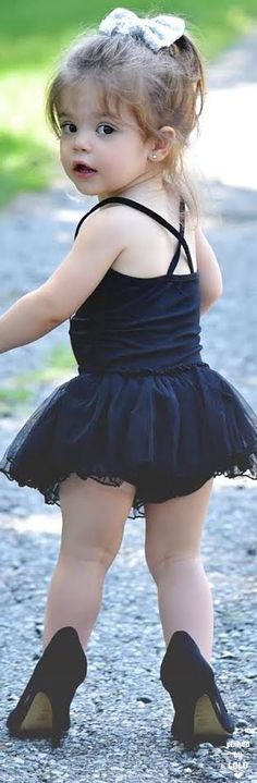 girl walking for the first time in high heel shoes Precious Children, Beautiful Children, Beautiful Babies, Little People, Little Ones, Little Girls, Baby Kind, Baby Love, Cute Kids