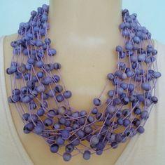 Maxi colar feito com sementes de açaí lilas. R$ 25,00