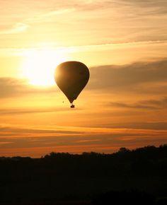 Décollage en montgolfière au lever du soleil