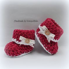 Crochet baby witner booties with lace and button Háčkované capáčky s krajkou a knoflíčkem