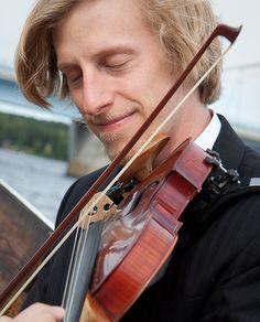 Fiddler in the boat. [wedding, bröllop, bröllopsfoto, kyrkbåt, folkmusik]