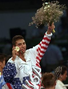 Oscar De La Hoya capturing gold in the 1992 Olympics. Fulfilling his mothers last wish (Patrick Reusse July 7 The Golden Boy, Golden Star, Mexican Boxers, Olympic Boxing, Combat Boxe, 1988 Olympics, Travel Boots, I Love La, Love Box