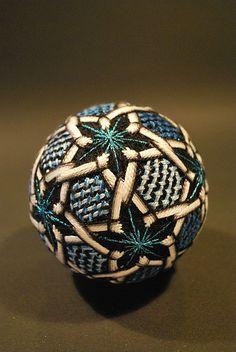 Temari - bola  japonesa feita de fios, um simbolo da perfeicao.