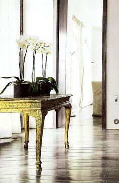 Statement table with Orchids Dark Interiors, Wood Interiors, Interior Inspiration, Design Inspiration, Masculine Interior, Interior And Exterior, Interior Design, Gold Table, Barbie Dream House