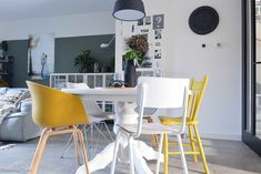 5 tips for different dining chairs around a round dining table - combine them with the dining chair Mismatched Dining Room, Woven Dining Chairs, Round Dining Table, Dining Room Table, Living Room Sets, Living Room Furniture, Living Room Inspiration, Tips, Mix Match