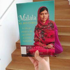 Feliz #BookFaceFriday de parte de #Malala, gañadora en 2014 do Premio #Nobel da #Paz , con tan só 17 anos, polo seu labor como activista a favor dos dereitos civís, especialmente das mulleres en Pakistán, ás que o réxime talibán lles ten prohibido o acceso á escola. Se queredes coñecer a súa historia, leva o seu #libro ! Un gran plan para o #venres #bookface