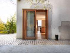 Aussenwand mit Holztür und Holzterrasse