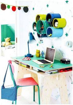 Essas latas de tintas reaproveitadas fazem as vezes de porta-treco e decoração! Destaque também para a mesa com cavaletes!