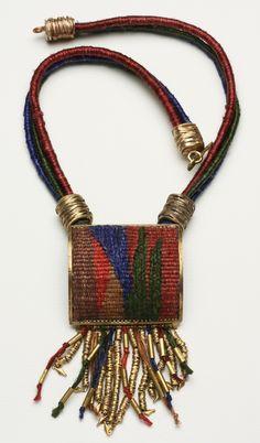 Collar de bronce. Tejido realizado en telar manual con hilo de seda natural, teñidos artesanalmente. Cordones realizados a mano. PIEZA ÚNICA.