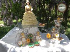 Tarta muñeca comunión de trufa... En un jardín de flores y princesas  de galletas de mantequilla  hecho por Sontartas