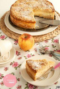 Appelkwarktaart met kruimellaag (ingrediënten: bloem, suiker, vanillesuiker, hazelnoten (gemalen), zout, boter, paneermeel, appel, citroensap, ei (5 st), magere kwark, mascarpone, griesmeel en bloem) (@ Carolines Blog)