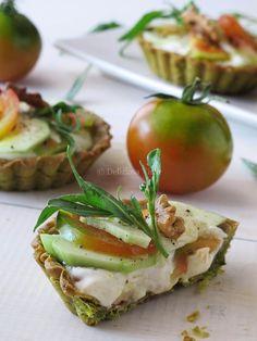 Crostatine con stracchino pomodori e cetrioli