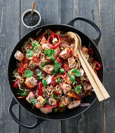 SPICY NUDELSALAT MED LAKS | TRINES MATBLOGG A Food, Good Food, Food And Drink, Spicy Salmon, Noodle Salad, Scampi, Eating Well, Paella, Cilantro