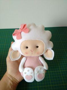Ovelha em feltro para decoração de quarto de bebê