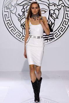 VUNK: Versace and Punk--Versace Fall/Winter The Look: Punk.as seen by Donatella Versace. Versace Fashion, Runway Fashion, Fashion Show, Womens Fashion, Fashion Design, Fashion Trends, Milan Fashion, Uk Fashion, Fashion Clothes