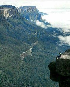 Excelente miércoles! @Regrann from @venezuelaparadise - Relax en Roraima Formaciones rocosas más antiguas del planeta. Observen los distintos saltos. Via @nolehagasmente #LaCuadraU #GaleriaLCU #venezuelahermosa #Roraima #FelizMiercoles
