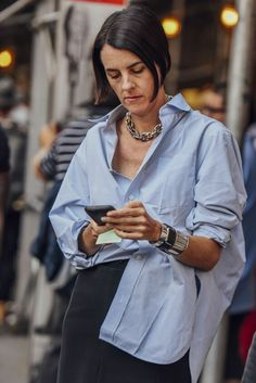 DIMANCHE: street style_button-down shirt - bestfashion_pintradio Look Fashion, Retro Fashion, Milan Fashion, Cardigan Blazer, Oversized Shirt Outfit, Mode Outfits, Fashion Outfits, Fashion Hacks, Fashion Shoes