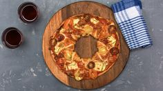 Puff pastry circle with colorful vegetables- Blätterteig-Kreis mit buntem Gemüse The puff pastry circle is done in no time. In the video we show you how to cut it nicely with a bowl and a knife. Tasty Videos, Food Videos, Vegetable Snacks, Pizza Snacks, Brunch, Good Food, Yummy Food, Cooking Recipes, Healthy Recipes