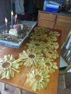 Loop fabric around ball jar lids to make cute flowers, Cloth Flowers, Diy Flowers, Fabric Flowers, Paper Flowers, Autumn Crafts, Spring Crafts, Ball Jars, Crafty Craft, Crafting