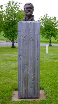"""""""Knut Dæhlen"""" (2011) av Lise Sandberg. Statuen er plassert på Biri planteskole."""