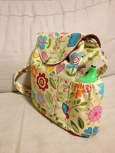 Sew Adorable Fabrics: Tutorial Small Kindergarten / Gan Back Pack For the little girls' Christmas? Sewing Hacks, Sewing Tutorials, Sewing Patterns, Tutorial Sewing, Purse Patterns, Fabric Crafts, Sewing Crafts, Sewing Projects, Bag Sewing