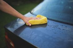 Windex can't do, a can of cola easily can. Simply pour the soda over your windshield, not forgetting to place a towel on the hood to protect the Diy Car Cleaning, Toilet Cleaning, Cleaning Recipes, Cleaning Products, Cleaning Solutions, New Car Smell, Auto Detailing, Clean Your Car, Car Hacks