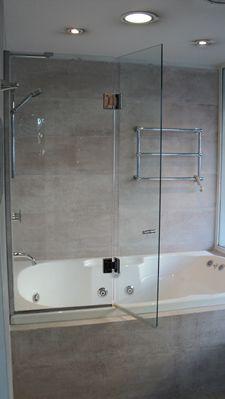 Mamparas combinadas Bathtub, Bathroom, Remodeling, Porch, Home Decor, Shower Doors, Decorating Bathrooms, House Decorations, Furniture