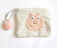 Porta moedas e tecido de algodão com pingente de porquinho feito em biscuit R$16,00