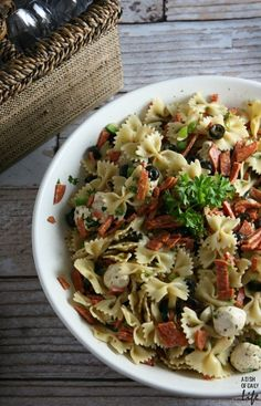 This Pizza Pasta Salad. with all your favorite pizza fixings, is the perfect side dish recipe for game day!