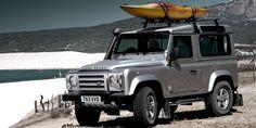 Defender 90 12MY - Vista lateral en la playa con raíles de techo