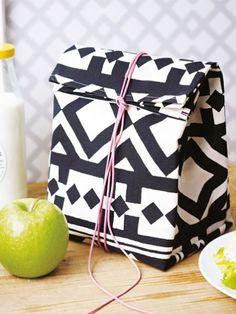 Lunchbag statt Brotbeutel: Die selbst genähte Tasche in Schwarz-Weiß macht Lust auf die Mittagspause.