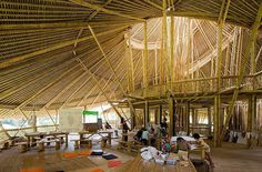 Sala de aula da Green School em Bali, construída com Bambu