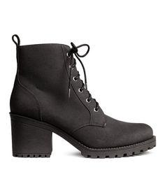 Sieh's dir an! Geschnürte Stiefel aus Nubukimitat mit knöchelhohem Schaft. Futter und Innensohle aus Teddystoff. Grobe Laufsohle aus Gummi. Absatzhöhe 7,5 cm. – Unter hm.com gibt's noch viel mehr.