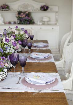 Mesa de Páscoa - decoração com toque provençal em tons de rosa e violeta - caminho de mesa de linho branco, sousplat rosa e taças roxas ( Decoração: Fabiana Moura | Flores: Bothanique )