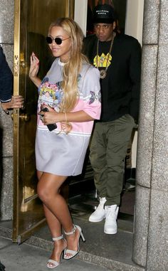 Beyonce & Jay Z from The Big Picture: Today's Hot Photos Coolest couple! The pair is spotted leaving Radio City Music Hall in New York City. Beyonce Family, Beyonce And Jay Z, Sans Pants, New York October, Kylie Kardashian, Carter Family, Mrs Carter, American Rappers