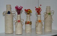 garrafas decoradas com barbante.