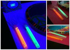 17 Astonishing Glow Stick Ideas For A Kids Party – Glow Stick Wiki Glow Stick Games, Glow Stick Crafts, Glow Crafts, Glow Stick Wedding, Glow Stick Party, Glow Sticks, Diy Black Light, Glow In Dark Party, Glow Jars