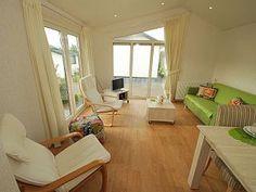 Recreatiepark De Woudhoeve in Egmond aan den Hoef: 2 Schlafzimmer, für bis zu 5 Personen. Komfortables, freistehendes Chalet in Ferienpark mit Schwimmbad nicht weit vom Strand entfernt. | FeWo-direkt