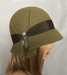 Amelia, bont gevoeld Cloche modevak hoed van de groene kleur van Downton Abbey tijdperk, kaki