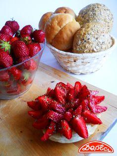 Truskawki, bazylia, kolorowy pieprz, oliwa i Twoje ulubione pieczywo - czyli świetny pomysł na lekką przekąskę :) healthy food
