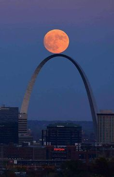 The Super Moon rises above the Gateway Arch in St. © David Carson / AP / SIPA Plus Beautiful Moon, Beautiful World, Beautiful Places, Beautiful Pictures, Gateway Arch, Shoot The Moon, Moon Pictures, Moon Pics, Saint Louis