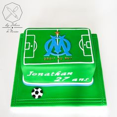 Cake design. Gâteau personnalisé en pâte à sucre en forme de terrain de football logo club OM. Sugar paste soccer pit shaped cake with logo by Les Délices de Marion.